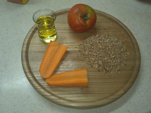 ингредиенты для гречки с морковью и помидорами