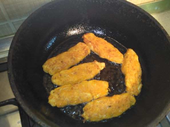 обжариваем овощные вегетарианские котлеты