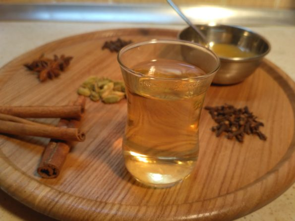чай из бадьяна, гвоздики, корицы и кардамона