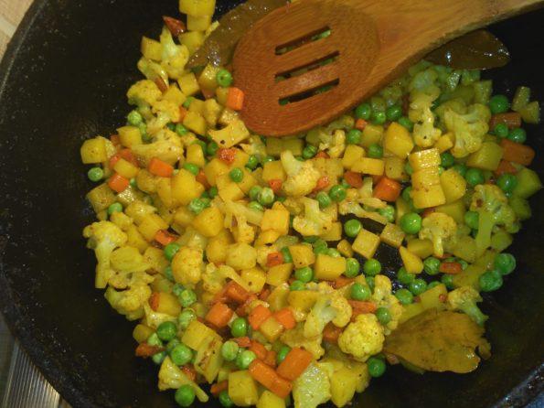 Готовим самосы с картошкой, морковью и цветной капустой