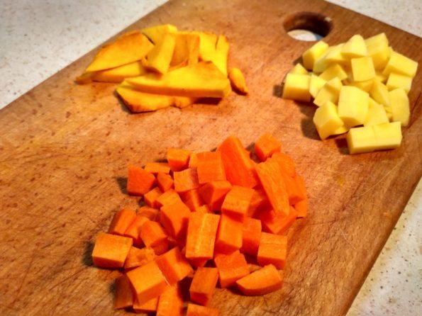 Готовим овощи для вегетарианской шурпы