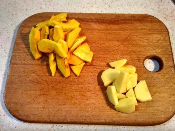 Нарезаем овощи для вегетарианского паштета