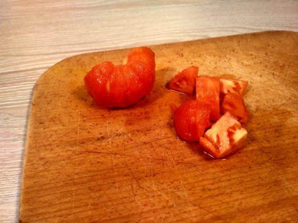 Нарезаем помидор для супа