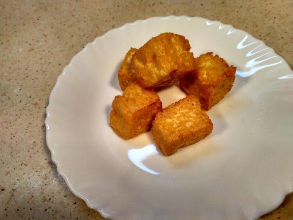 Обжариваем тофу для шашлыка
