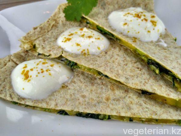 Вегетарианская кесадилья с сыром и шпинатом