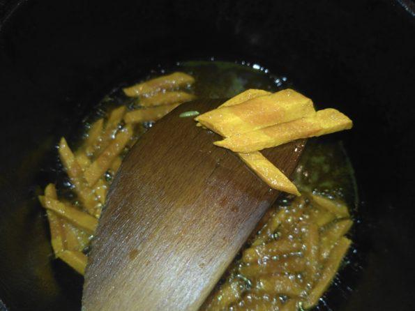 Обжариваем морковь для риса с овощами