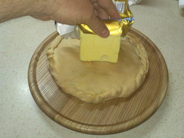 смазываем сливочным маслом вегетарианский пирог