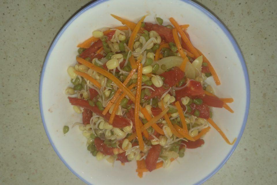 Салат с пророщенным машем, морковью, помидорами и сладким болгарским перцем