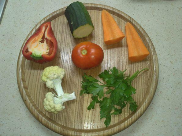 ингредиента для овощного вегетарианского супа минестроне