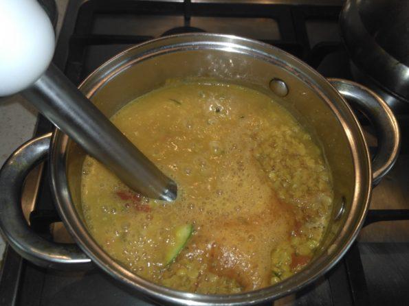 Приготовление чечевичного супа с кабачком