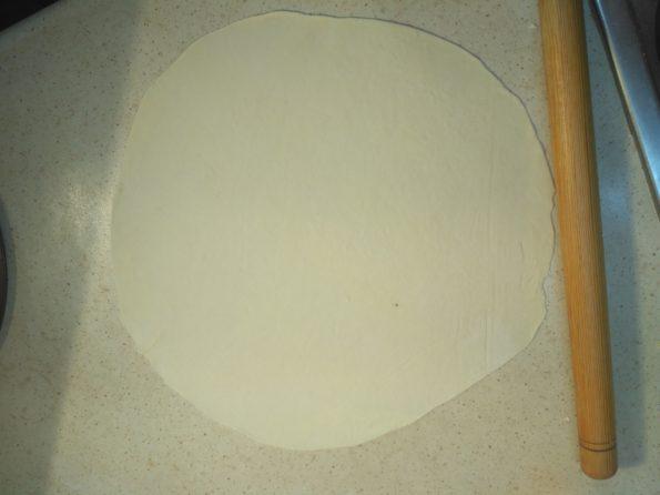 раскатываем тесто для лаваша