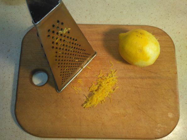 снимаем цедру для лимонного напитка