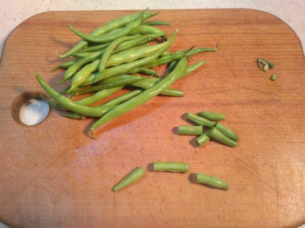 Подготавливаем стручковую зеленную фасоль для лобио