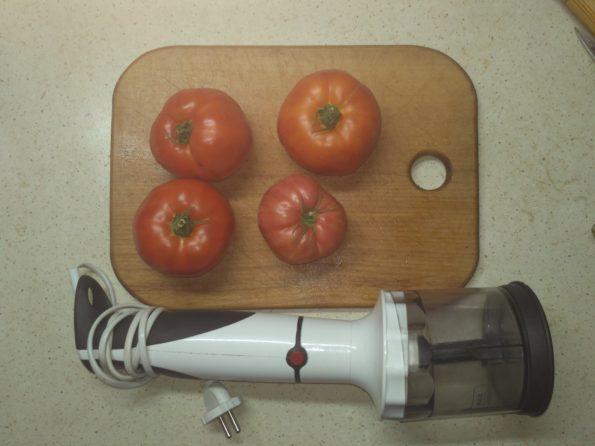Подготавливаем помидоры для приготовления томата