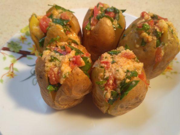 Картофельная закуска с сыром и помидорами