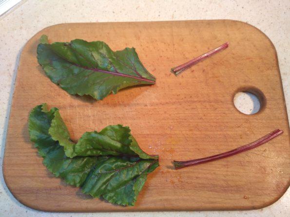 режем листья свеклы