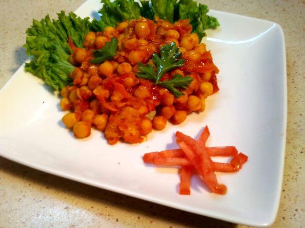 Нут с морковью, болгарским перцем и томатом