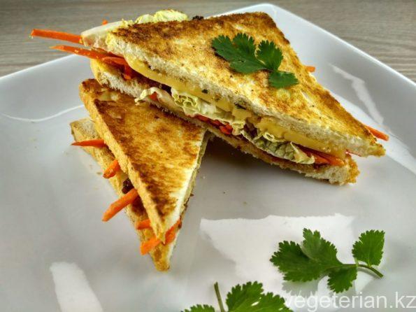 Вегетарианский сэндвич с сыром и овощами