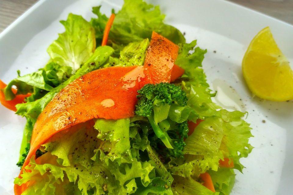 Салат с морковью, брокколи и листьями салата