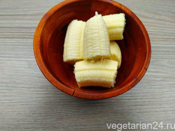 Подготавливаем бананы для пудинга