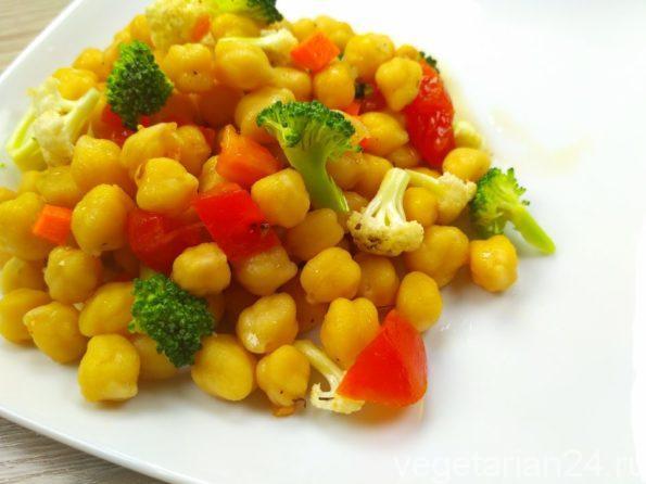 Веганский салат из нута и свежих овощей