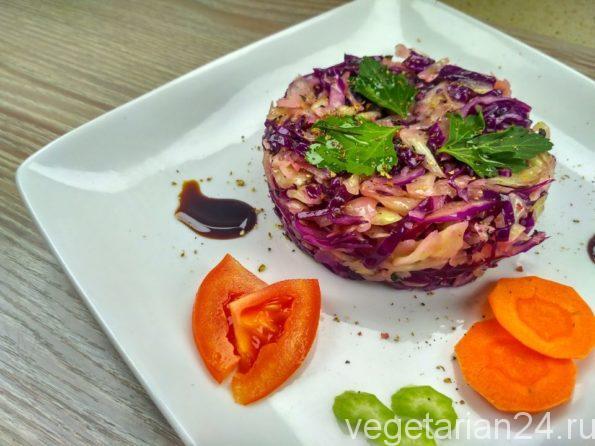 Сыроедческий салат из краснокочанной и белокочанной капусты
