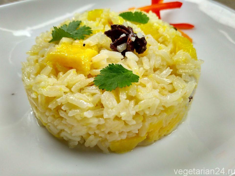 жареный рис с ананасом и айвой