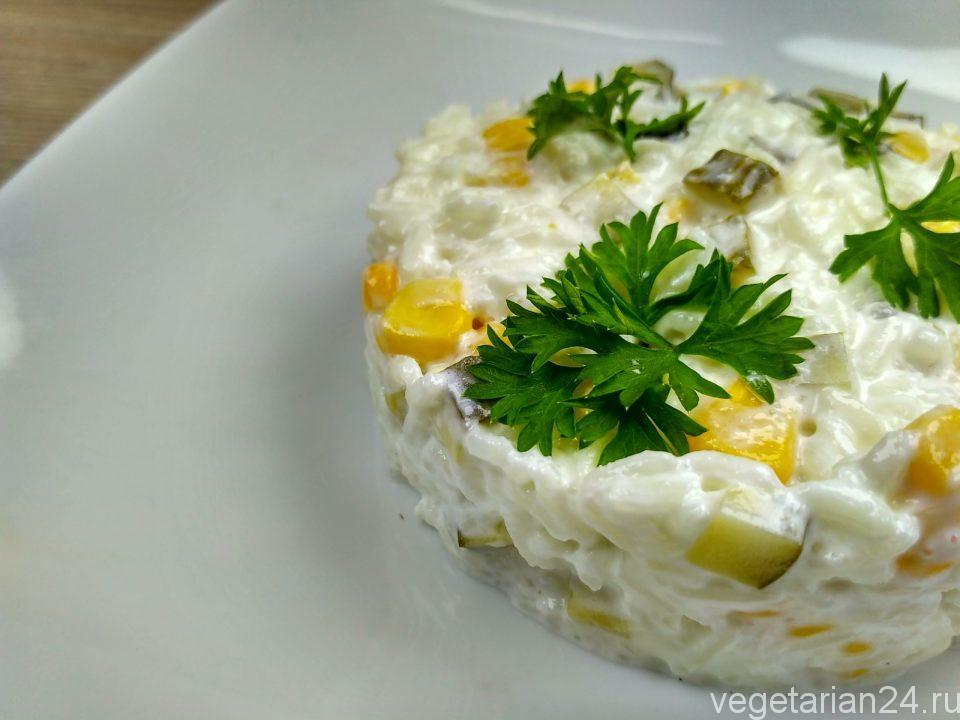 Рисовый салат с солеными огурцами и кукурузой