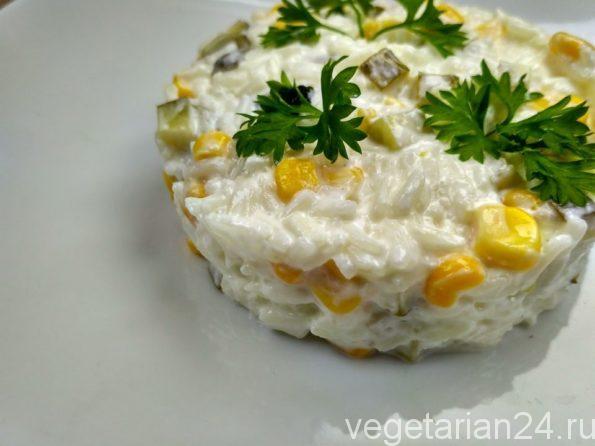 Рисовый салат с солеными огурцами и кукурузой.