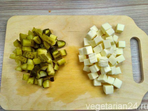 Подготовка соленных огурцов и домашнего сыра