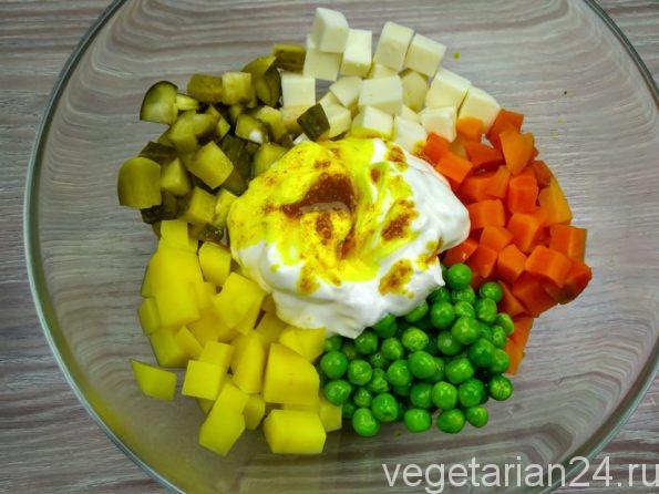 Вегетарианский оливье без яиц, колбасы и майонеза