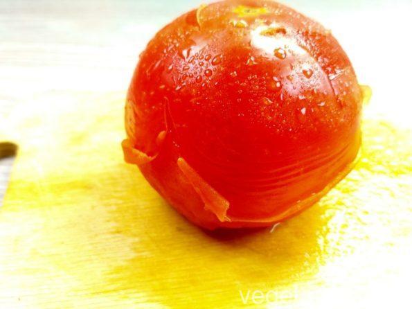 Снимаем шкурку с помидора