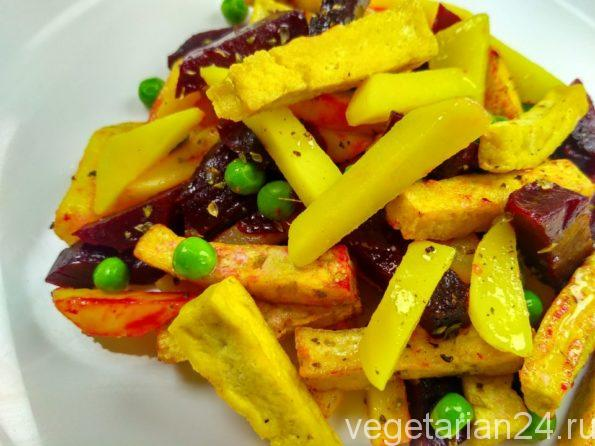 Веганский салат с тофу, картофелем и свеклой.