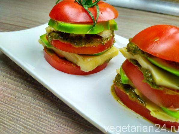 Закуска из авокадо, помидоров и сыра