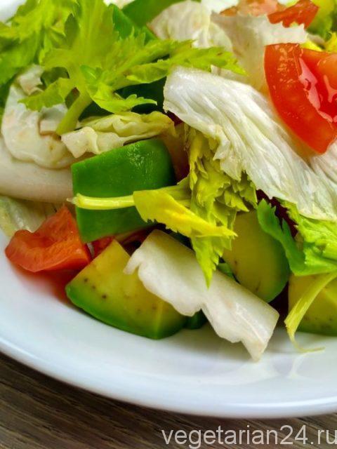 Салат с авокадо, помидорами и пекинской капустой