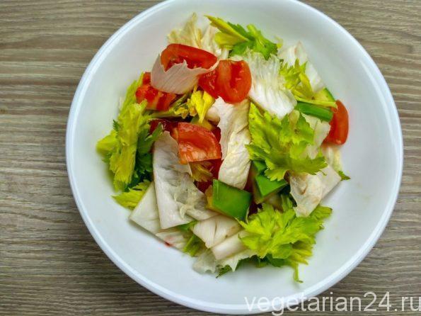 Салат с авокадо, помидорами и пекинской капустой.