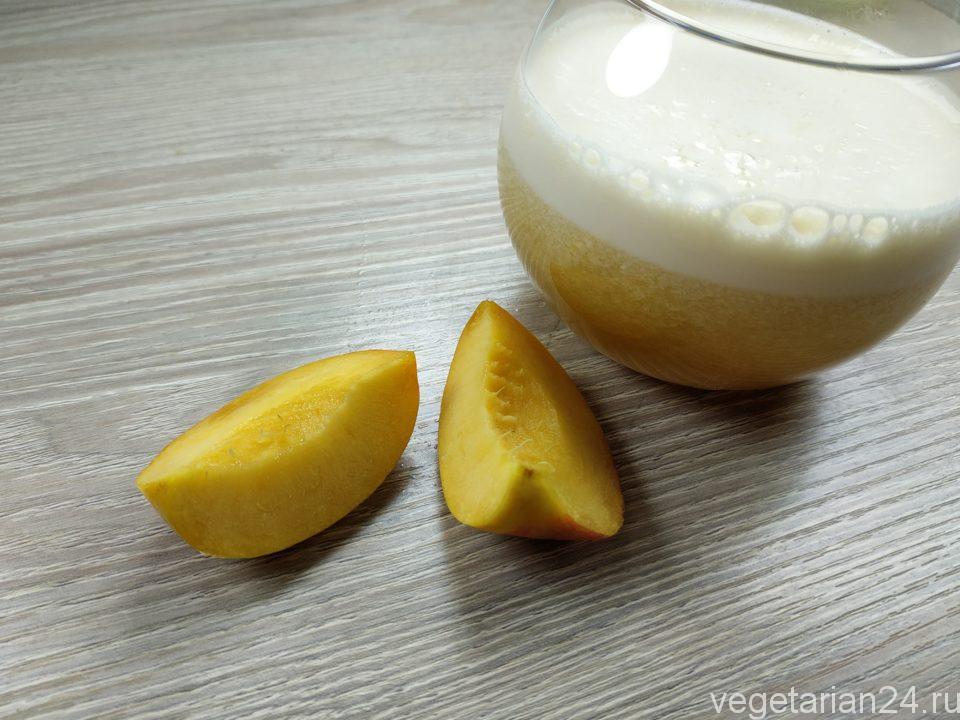 Напиток из молочной сыворотки и персиков