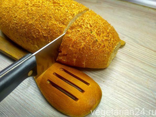 Режем хлеб для закуски