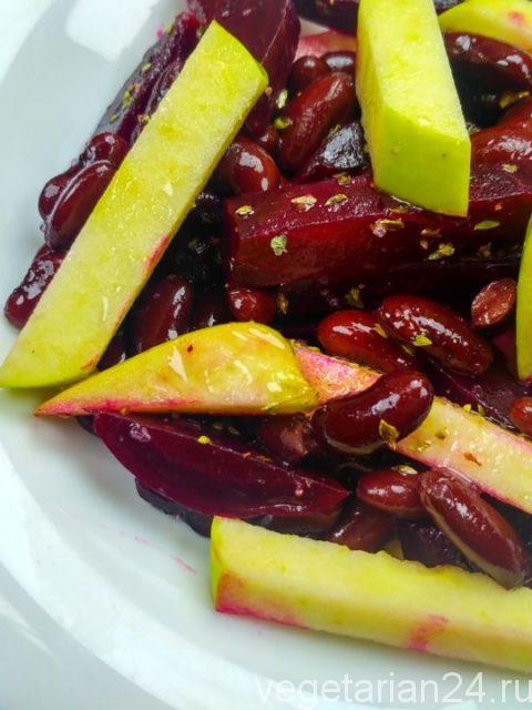 Постный салат с яблоками и свеклой