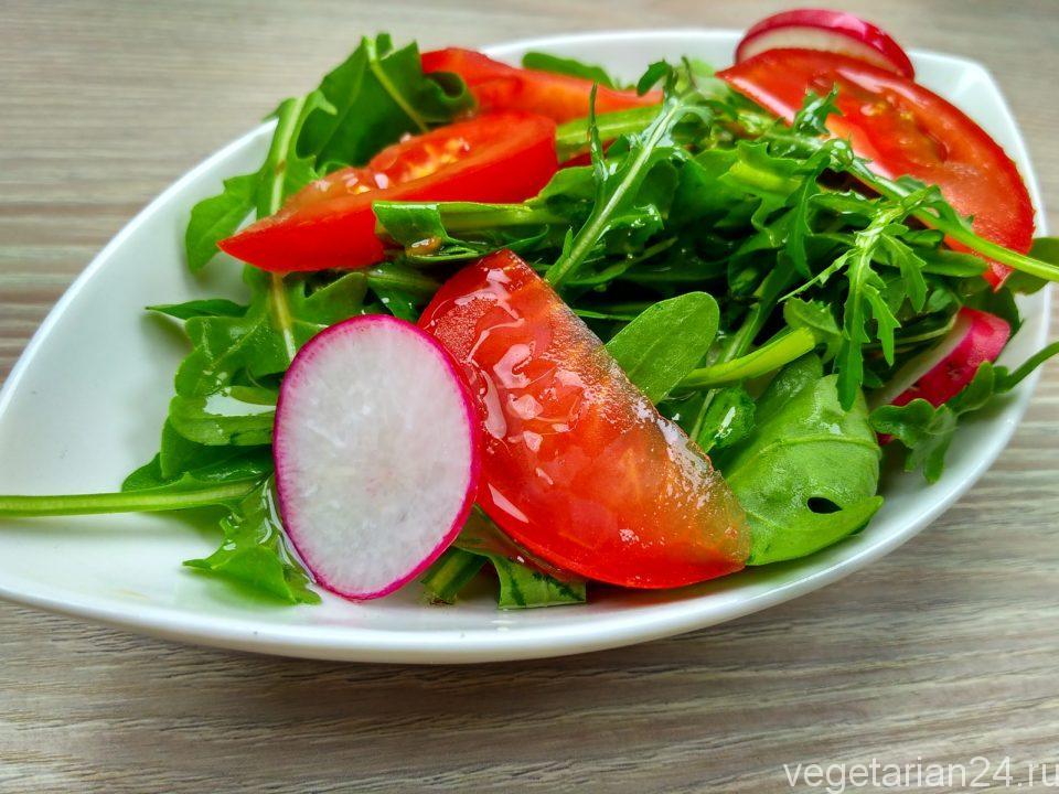Салат с рукколой, редисом и помидорами